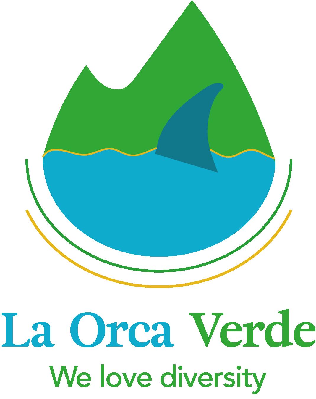 Das Bild zeigt das Logo von La Orca Verde. Es ist zeigt das Meer und einen grünen Berg im Hintergrund. Im Meer ist die Flosse eines Orcas zu sehen.